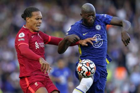 10-man Chelsea hold on for draw against Liverpool