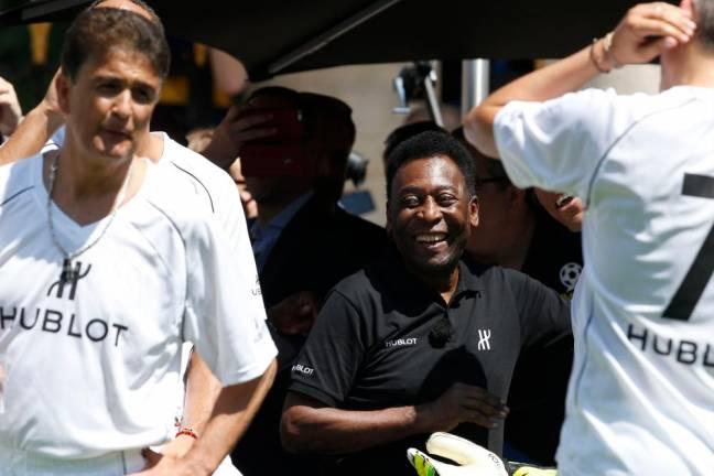 Pele remains in ICU, feeling 'a little better'